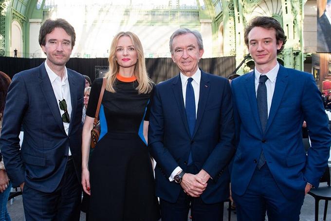 Gia đình tỷ phú Bernard Arnault (giữa): con trai cả Antoine, con gái Delphine, và con trai thứ tưFrederic. Ảnh: WWD.