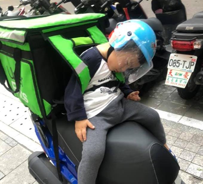 Con trai Lin nhiều lần ngủ gật khi theo bố đi ship đồ. Ảnh: TVBS.