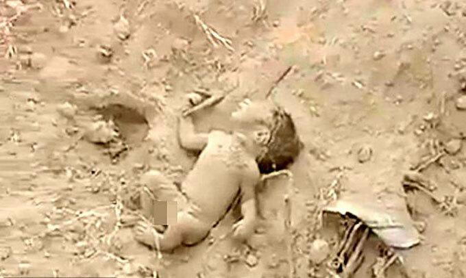 Bé trai được cứu sau khi bị chôn sống ởlàng Sonoura, Siddharthnagar, bang Uttar Prades, Ấn Độ. Ảnh: New Lions.