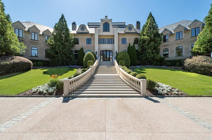 Ngôi nhà ba tầng nguy nga có diện tích 6.500 m2. Mặt tiền là khoảng sân vườn rộng rãi và bậc thềm dài.