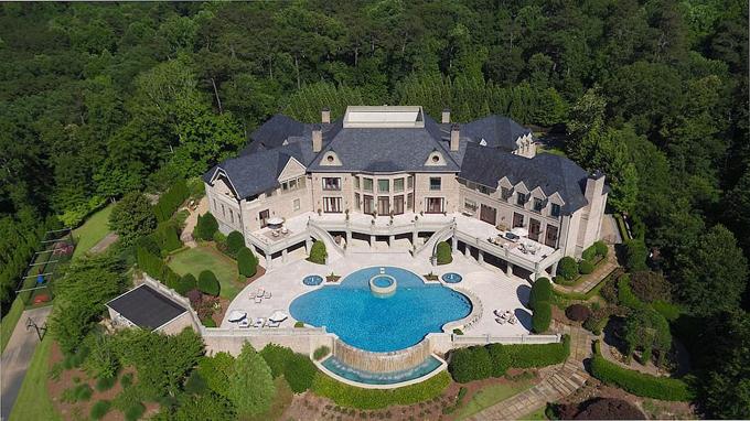 Phía sau nhà là bể bơi lớn, sân tennis, vườn cây. Toàn bộ diện tích khu đất của Harvey Steve là 7 ha.
