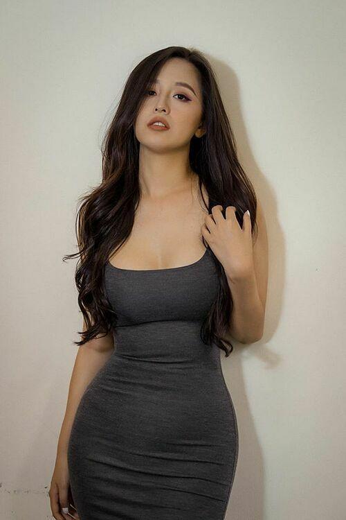 Hoa hậu Mai Phương Thúy diện váy ôm sát khoe thân hình đồng hồ cát.