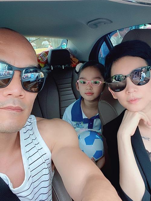Mỗi ngày siêu mẫu Xuân Lan đều cùng chồng đưa đón con gái đi học.