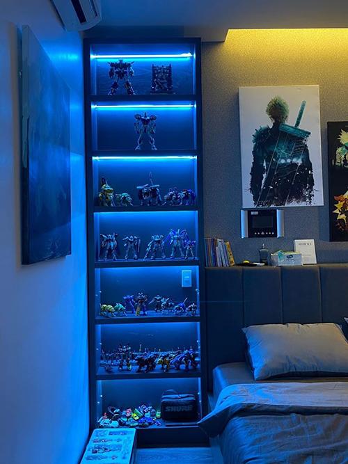 Nhạc sĩ đặt bộ sưu tập robot cạnh giường gồm: Voltron, 5 robot mãnh sư, các dòng robot Gundam, các loại Zoids... Đây là góc anh yêu thích nhất trong phòng ngủ.