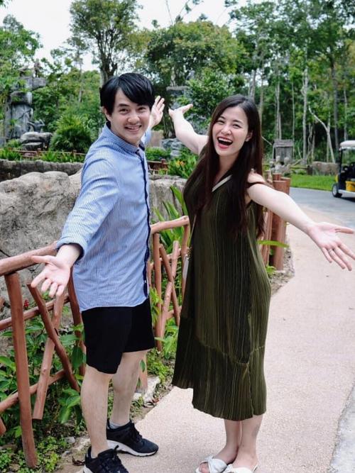 Cuối tháng 5/2020, Đông Nhi cùng ông xã quay trở lại nơi tổ chức đám cưới tại Phú Quốc. Mang bầu ở tháng thứ tư, nữ ca sĩ có dấu hiệu tăng cân rõ rệt. Dù vậy, cô vẫn rất năng động và hào hứng cùng gia đình tham gia nhiều hoạt động.