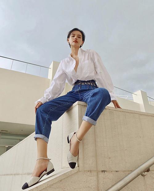 Sơ mi trắng và jeans xanh cổ điển cũng là combo được ưa chuộng. Khánh Linh chọn kiểu áo ovẻ size để mix cùng quần jeans lưng cao.