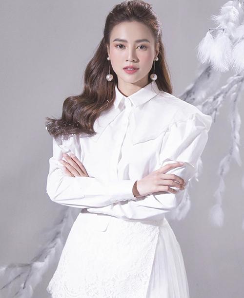 White on white là công thức phối đồ được Lan Ngọc áp dụng để giúp mình tôn nét thanh lịch với áo sơ mi cách điệu, chân váy vạt quấn.