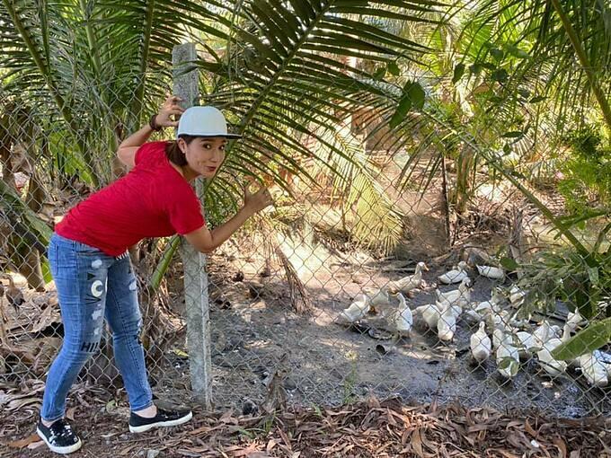 MC Cát Tường tranh thủ pose hình khi về Vĩnh Long làm từ thiện.