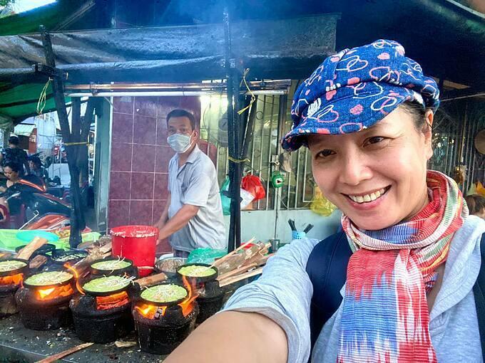 Nghệ sĩ Chiều Xuân hào hứng check in khi có mặt tại TP HCM và ăn bánh xèo ven sông ở quận 7.