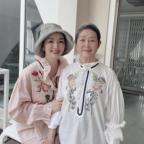 Hoa hậu đền Hùng Giáng My bình luận về bức ảnh bên mẹ: Khi bạn là một người mẹ, bạn không bao giờ thực sự cô độc trong suy nghĩ của mình. Một người mẹ luôn phải nghĩ hai lần, một lần cho bản thân và một lần cho con cái.