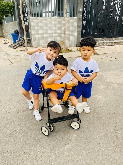 Ba nhóc tỳ nhà Hải Băng - Thành Đạt mặc đồ ton sur ton khi được bố mẹ đưa đi chơi trước ngày 1/6.