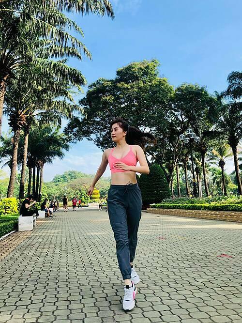 Khánh Thi chạy thể dục sáng sớm ở công viên gần nhà.