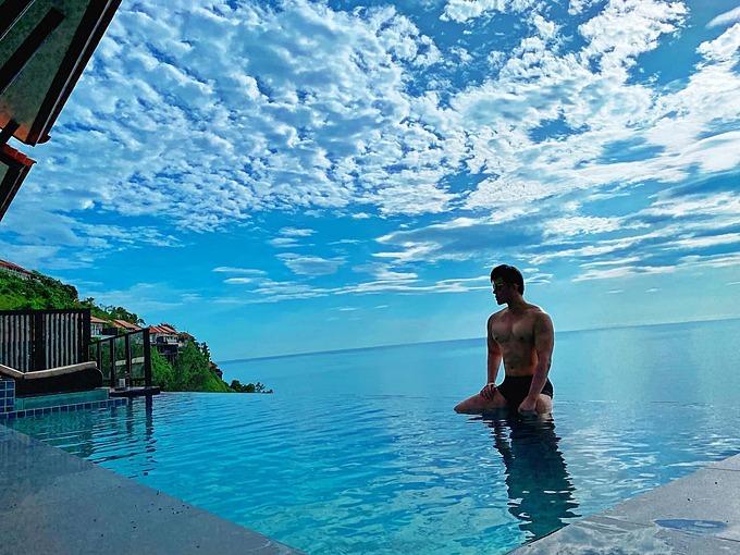 Nathan Lee khoe body săn chắc bên bể bơi khi nghỉ dưỡng tại một resort nổi tiếng ở Lăng Cô, Huế.