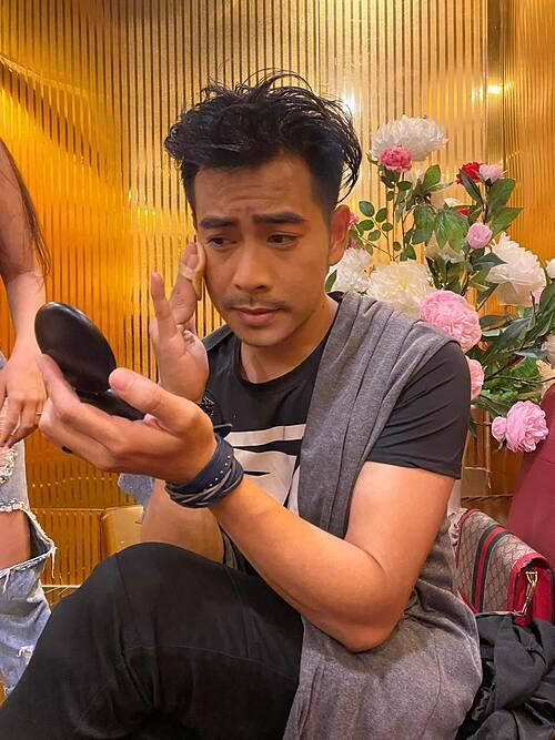Diễn viên Thanh Bình tự trổ tài make up cho mình.