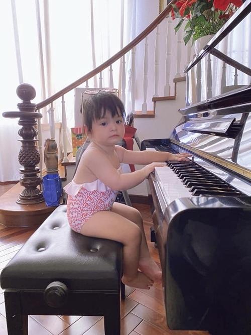Có bố mẹ làm trong ngành nghệ thuật, Annie cũng sớm bộ lộ năng khiếu