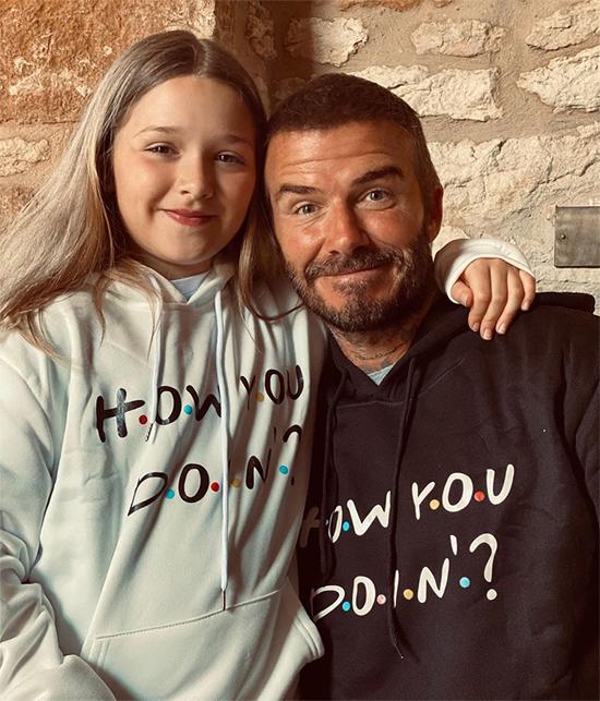 Becks và con gái mặc áo nỉ đôi. Ảnh: Instagram.