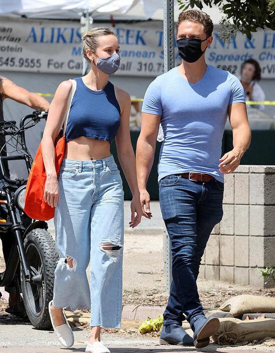 Brie Larson và nam diễn viên kiêm đạo diễn hình ảnh Elijah Allan-Blitz đeo khẩu trang đi chợ vào chiều chủ nhật.