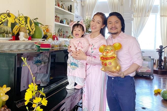 Gia đình đạo diễn Hoàng Nhật Nam và bà trùm hoa hậu Kim Dung diện trang phục tươi sáng, chụp ảnh dịp Tết Canh Tý 2020.