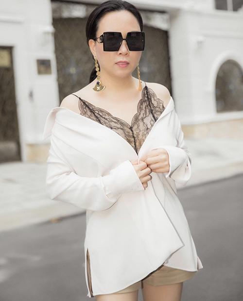 Trong loạt ảnh street style mới, Phượng Chanel thay đổi cách diện trang phục xuyên thấu. Chị chọn sơ mi trắng để mix cùng kiểu áo ren mỏng tạo nên set đồ thuyết phục hơn hình ảnh trước đó.