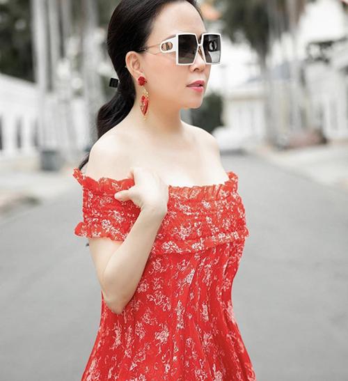 Diện váy trễ vai tông màu bắt mắt, Phượng Chanel sử dụng thêm phụ kiện hoa tai tiệp sắc màu để mix đồ.