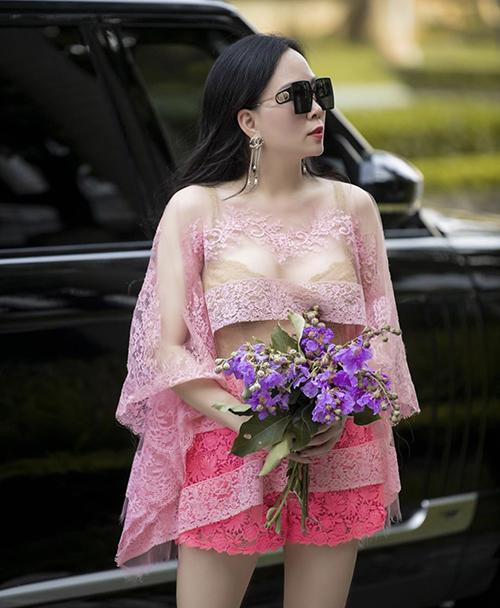 Cách khoe nội y trên phố với áo mỏng của Phượng Chanel từng gây trái chiều dư luậ. Số đông không tán thành cách mix-match áo bra cùng trang phục hồng trong suốt suốt của nữ doanh nhân.
