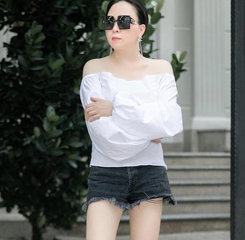 Tự tin với bờ vai thon, làn da trắng vì thế Phượng Chanel luôn chọn áo trễ vai để mix đồ dạo phố.