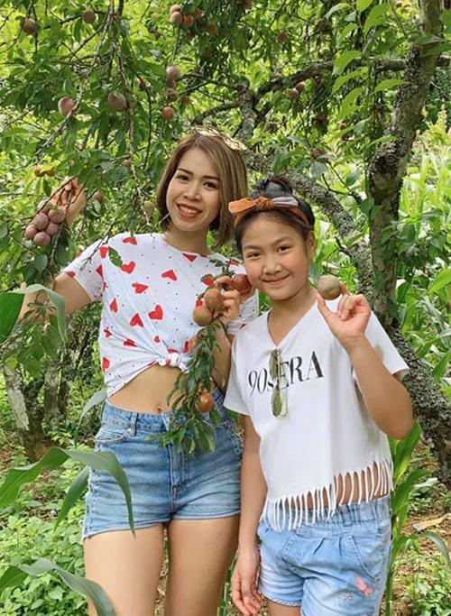 Trải nghiệm khiến các bé nhà Mạnh Trường thấy thú vị nhất là tự tay hái mận chín trên cây tại Mộc Châu.