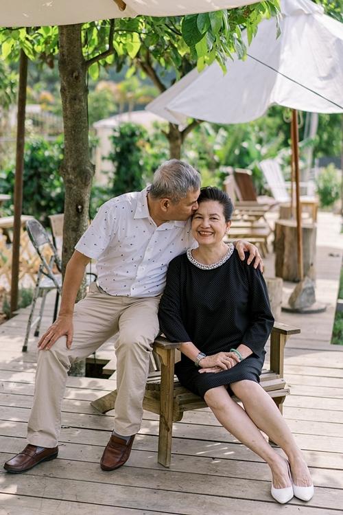 Khoảnh khắc bình yên của bố mẹ Thùy Dung.