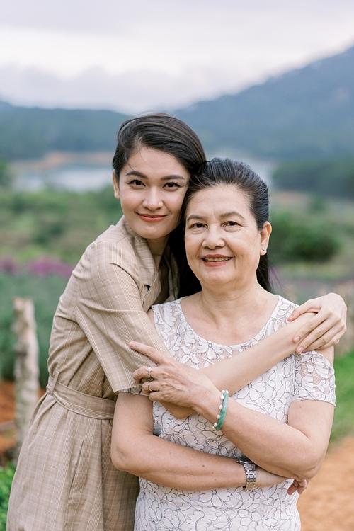 Thùy Dung sở hữu nhiều nét đẹp từ mẹ. Là con gái út trong nhà, cô có phần được yêu thương, chiều chuộng hơn nhưng