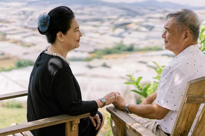 Á hậu Thùy Dung giúp bố mẹ chụp ảnh cưới - 14