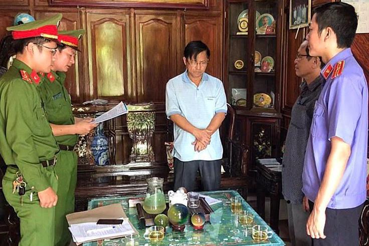 Ông Tính nghe đọc lệnh bắt. Ảnh: Thuỳ Trang