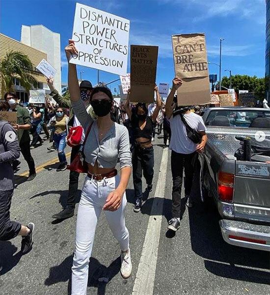 Diễn viên kiêm người mẫu Emily Ratajkowski giơ cao khẩu hiệu hòa giữa dòng người biểu tình ở Los Angeles. Cuộc biểu tình Tôi không thể thở nổ ra trên khắp nước Mỹ vào tuần qua sau cái chết của George Floyd (46 tuổi) hôm 25/5.  GeorgeFloyd bị cáo buộc dùng một tờ tiền giả và đã bị nhân viên cảnh sát da trắng Derek Chauvin dùng gối ghì chặt 9 phút dù anh liên tục van xin tôi không thể thở. Floyd đã ngạt thở và chết tại bệnh viện ngay sau đó.