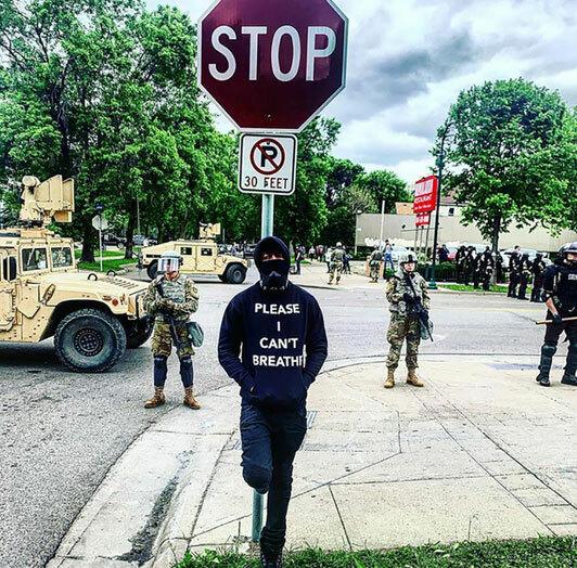 MC Nick Canon - chồng cũ Mariah Carey - đứng trước lực lượng vũ trang với chiếc áo in dòng chữ Tôi không thể thở.