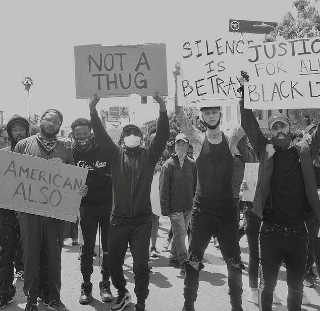 Rapper Machine Gun Kelly - bạn trai mới của Megan Fox (thứ hai từ phải sang) - đứng cùng hàng ngũ với những người da màu.