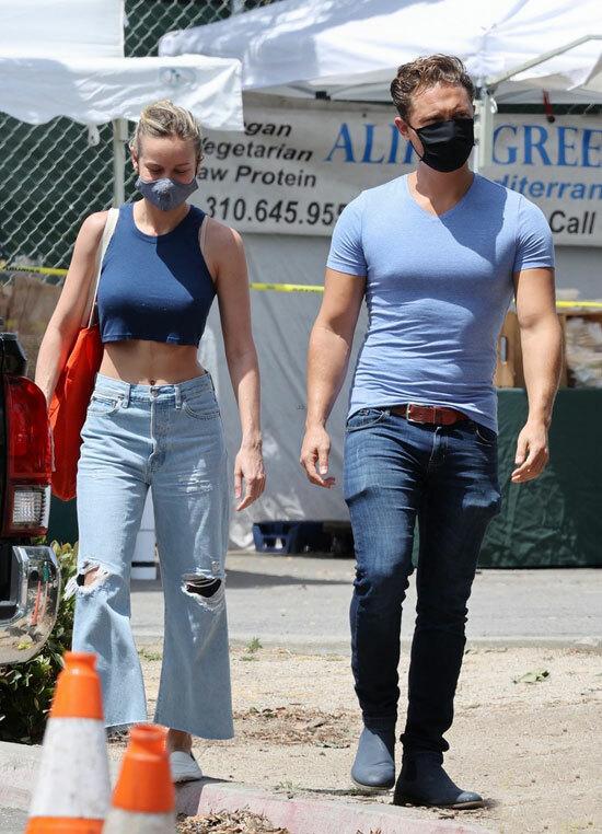 Là một đả nữ Hollywood nổi tiếng với Kong: Đảo đầu lâu và Đại úy Marvel, Brie thường xuyên tập luyện gym kết hợp với võ thuật giúp cô có thân hình khỏe khoắn.