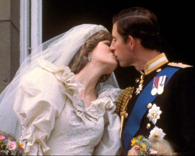 Cặp vợ chồng trao cho nhau nụ hôn ngọt ngào trên ban công điện Buckingham vào đám cưới năm 1981. Ảnh: AP.