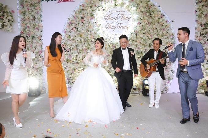 Nhóm nghệ sĩ gồm Dương Hoàng Yến, Lều Phương Anh (váy vàng) và Duy Khoa hát 60 năm cuộc đời và Lời yêu thương trên nền guitar thay lời chúc tới cô dâu Thu Trang và chú rể Thanh Tùng.
