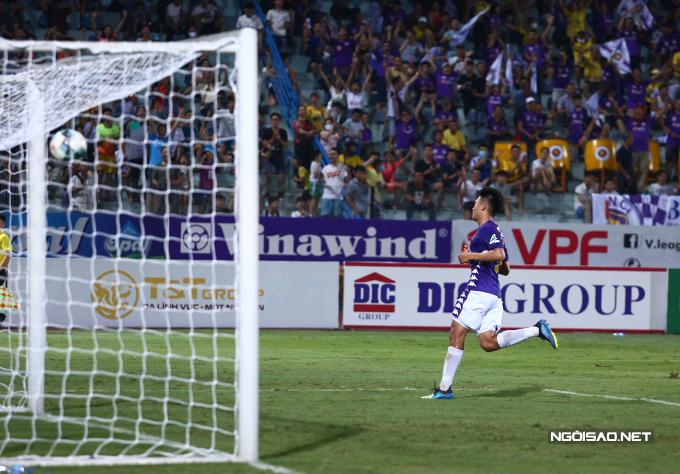 Đội chủ nhà sau đó tạo ra rất nhiều cơ hội nhưng phải tới phút bù giờ đầu tiên của hiệp hai mới nâng tỷ số lên 2-0 nhờ công của trung vệ Thành Chung.