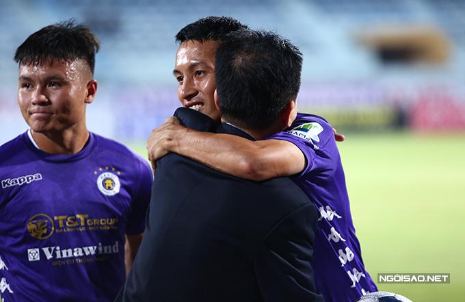 Ông chủ CLB Hà Nội chúc mừng Hùng Dũng có mùa giải thành công nhất từ trước tới nay.