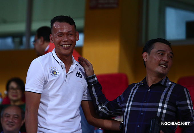 Tân binh của CLB Hà Nội - thủ thành Bùi Tấn Trường không thi đấu mà đến xem với tư cách khán giả.