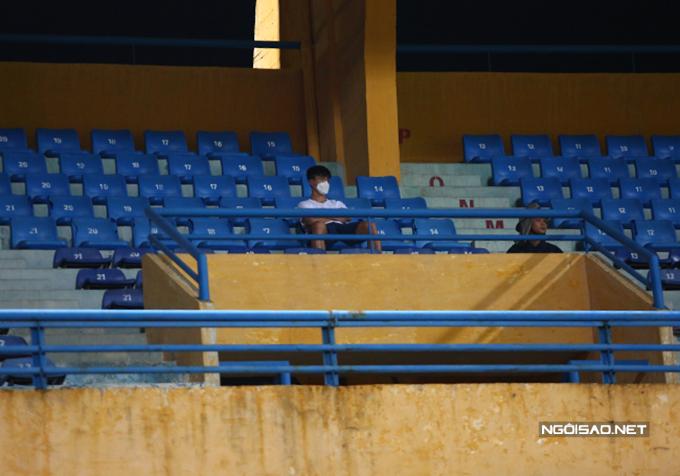Duy Mạnh một mình ngồi trên tầng hai khán đài A, lặng lẽ quan sát đồng đội thi đấu. Trung vệ sinh năm 1996 dính chấn thương dây chằng và phải nghỉ thi đấu hết năm nay. Sau khi phẫu thuật ở Singapore, anh hiện điều trị phục hồi chấn thương ở Trung tâm PVF (Hưng Yên).