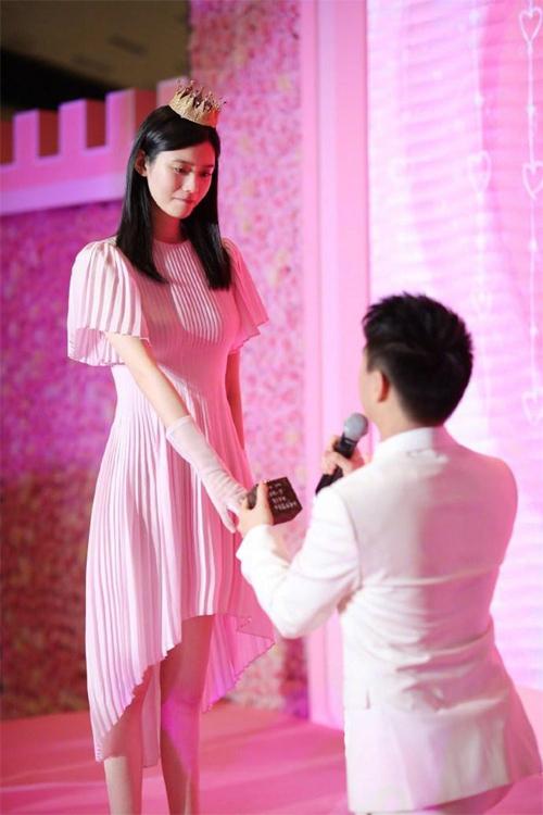 Hề Mộng Dao được con nhà tỷ phú cầu hôn với 99.999 bông hồng và 1.000 nhân chứng năm 2018.
