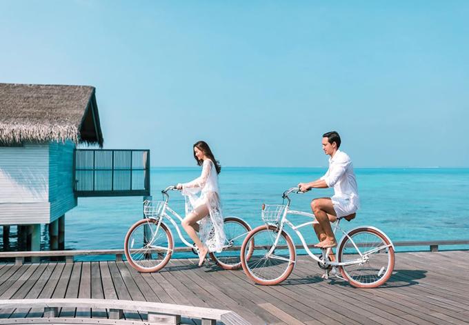 Theo Hà Hồ, có rất nhiều sự lựa chọn ở Maldives nhưng ở đâu để cả người lớn và trẻ con đều thấy vừa sang trọng, vừa yên bình, vừa vui thì cô tư vấn fan nên chọn Fairmont Maldives - Sirru Fen Fushi và Club Med Kani Maldives.Do nằm ở hai hòn đảo biệt lập nên việc di chuyển giữa 2 khu phải sử dụng đến thủy phi cơ.