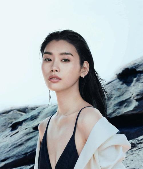 Ming Xi sinh tại Thượng Hải, học ngành thiết kế thời trang tại quê nhà, tốt nghiệp năm 2017. Cô là một trong những người mẫu Trung Quốc hàng đầu thế giới, từng là gương mặt của nhiều thương hiệu cao cấp Alexander Wang, Balmain, Burberry, Dior, Lanvin, Louis Vuitton, là người mẫu chính thức của Victorias Secret... Cô có 1,6 triệu người theo dõi trên Instagram.