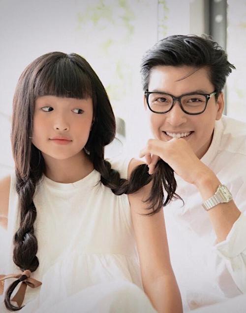 [Caption]Bảo Kim từng lọttop 7 cuộc thi Model Kid Việt Nam 2020. Đôi mắt một mí, khuôn mặt bầu bĩnh tươi tắn của bé là đặc điểm khác biệt so với những bạn bè đồng trang lứa. Cô bé đang học lớp 8 ở Buôn Ma Thuột nhưng thường xuyên được gia đình tạo điều kiện tham gia lĩnh vực thời trang thiếu nhi khắp cả nước khi có thời gian rảnh rỗi.