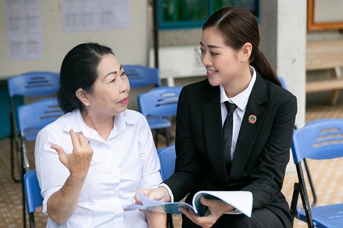 Khánh Vân nghiên cứu tài liệu, trao đổi với các luật sự trước khi chương trình bắt đầu.
