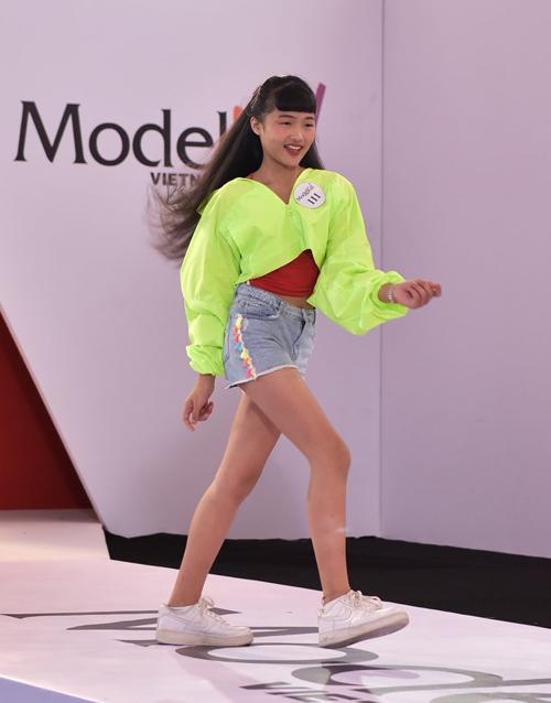 [Caption]Cô bé sinh năm 2008 khát khao thực hiện đam mê của bản thân, vẽ nên những trang phục thật đẹp, lan toả tình yêu thời trang của mình đến các bạn nhỏ khác.  Vì đang chập chững làm quen với công việc thiết kế thời trang, Bảo Kim còn phải nỗ lực nhiều hơn để nâng cao tư duy mỹ thuật. Sau khi là thành viên đầu tiên của HLV Ruby Phạm, cô bé cố gắng học hỏi để đến ngày các mẫu thiết kế của mình sẽ được mọi người sải bước tự tin trên sàn diễn.