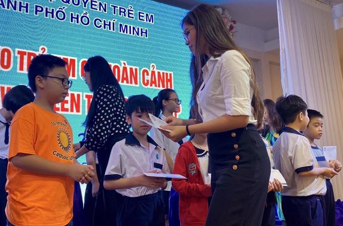 Tiên Nguyễn ăn mặc giản dị với áo sơmi trắng, quần culottes đi trao quà cho các em nhỏ. Hình ảnh này của cô khác hẳn vẻ sang chảnh khi dự các sự kiện thời trang đình đám.