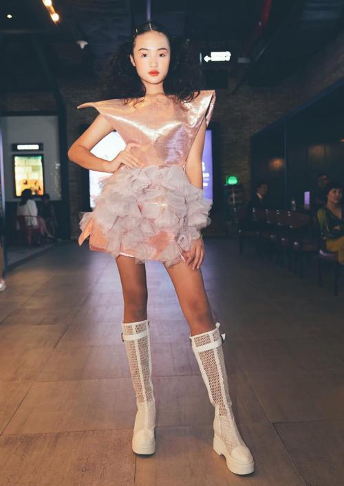 Mẫu 12 tuổi có phong cách, thần thái cá tính không kém các đàn chị dày dặn kinh nghiệm trong làng thời trang.