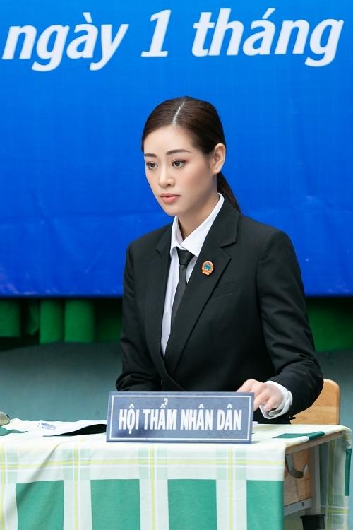 Trong vai trò hội thẩm nhân dân giả định, Khánh Vân chăm chú theo dõi các tình huống, cùng các thành viên khác đưa ra hướng giải quyết phù hợp.
